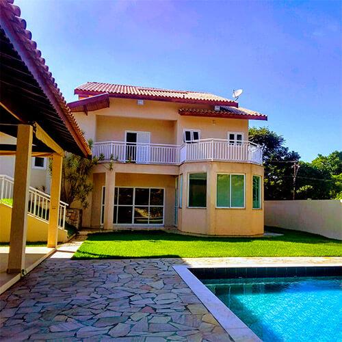 Quintal da casa com piscina privada de alvenaria